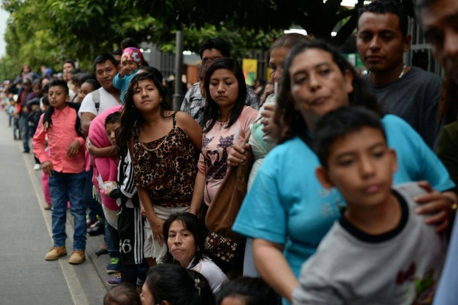 Familias completas abarrotaron las aceras de la sexta avenida para ver el desfile. (Foto: Wilder López/Soy502)