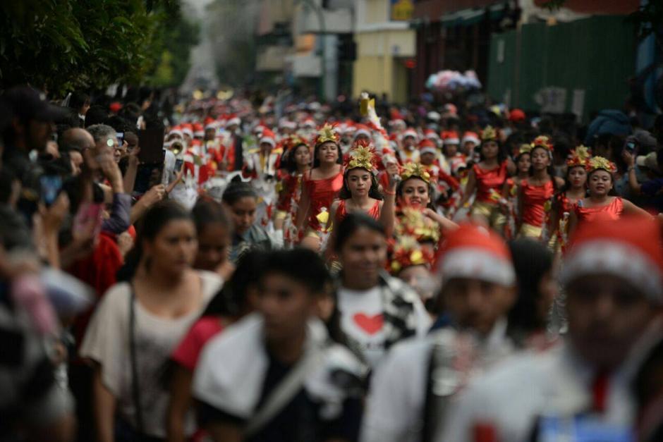 Los integrantes de las bandas lucían atuendos navideños. (Foto: Wilder López/Soy502)