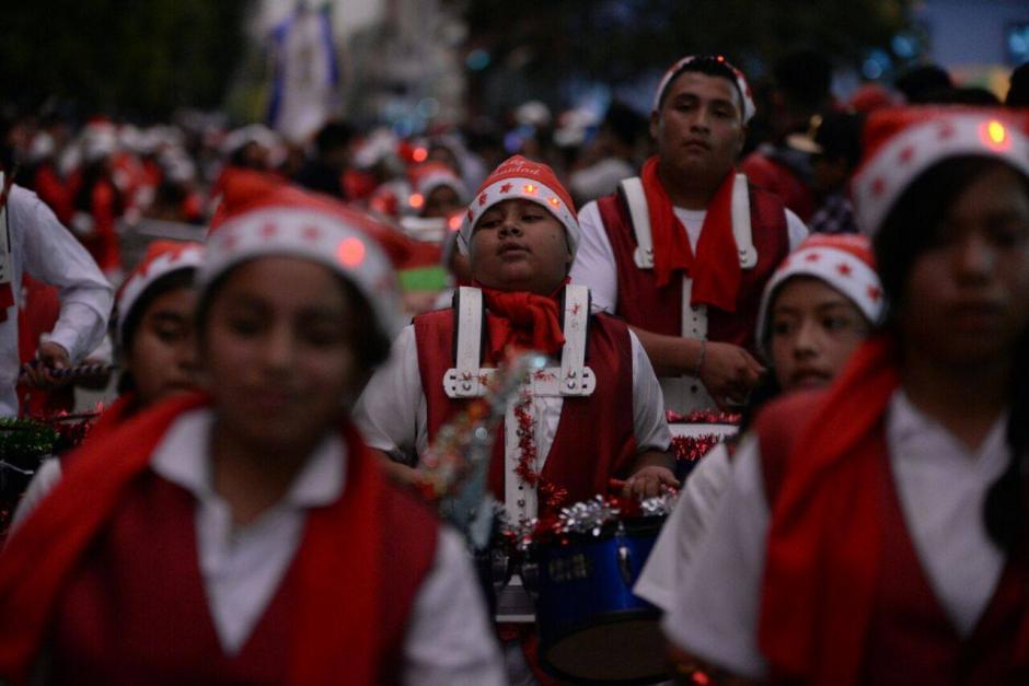 Los gorritos navideños no podían hacer falta en el desfile. (Foto: Wilder López/Soy502)