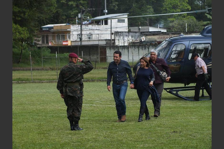 La foto muestra al ahora presidente Jimmy Morales en compañía de su esposa y el diputado Herber Padilla descender del helicóptero parecido al que ahora se relaciona con Sinibaldi. (Foto: Facebook/Jimmy Morales)