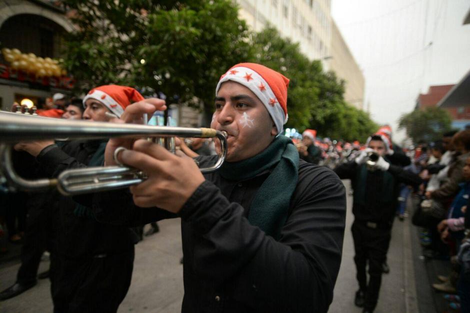 Entre otros temas, las bandas interpretaron villancicos navideños durante su recorrido. (Foto: Wilder López/Soy502)