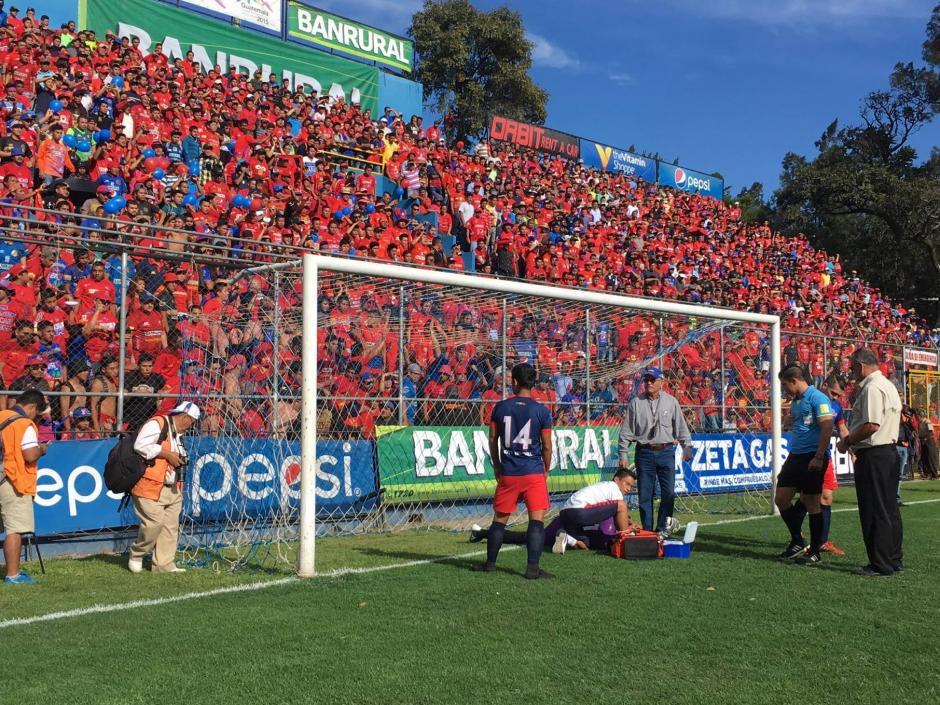 Carlos Díaz recibió un impacto en la cabeza. (Foto: Fredy Hernández/Soy 502)
