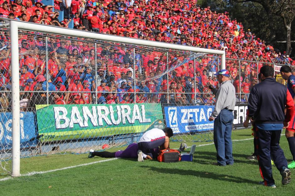 El arquero argentino sufrió un golpe antes del comienzo. (Foto: Fredy Hernández/Soy502)