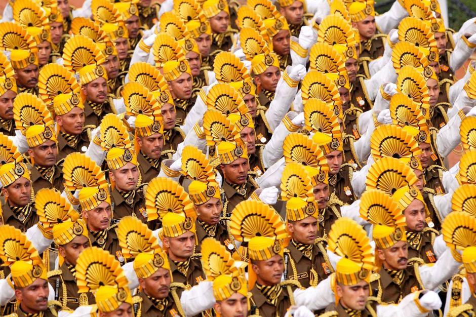 Miembros de la Industria Militar de la India desfilan este jueves en la capital Nueva Delhi, al celebrarse en esta fecha el Día de la República de India. Foto Times of India