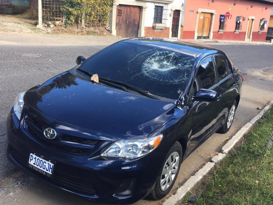 Varios vehículos fueron dañados por aficionados cremas. (Foto: Fredy Hernández/Soy502)