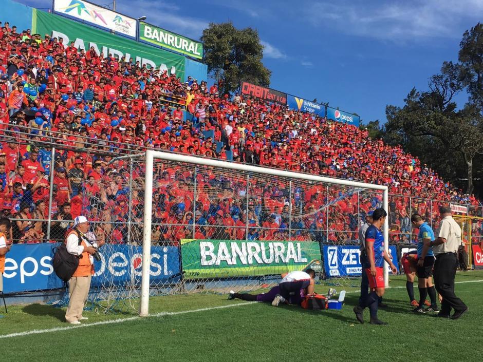 El arquero argentino pudo continuar después de varios minutos. (Foto: Fredy Hernández/Soy 502)