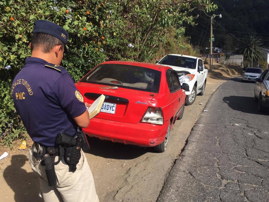 Agentes policiales toman datos de los carros afectados. (Foto: Fredy Hernández/Soy502)