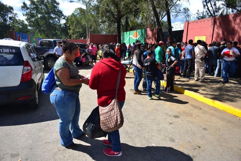 En los alrededores de El Trébol había muchos seguidores de Municipal. (Foto: Jesús Alfonso/Soy502)