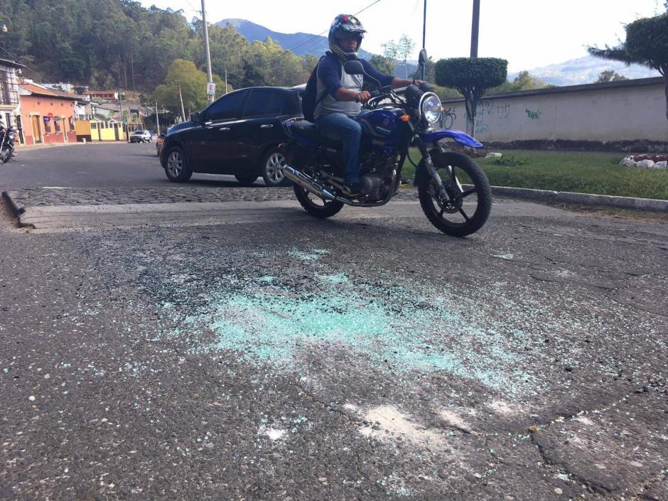 Los pedazos de vidrio quedaron tirados en la cinta asfáltica. (Foto: Fredy Hernández/Soy502)