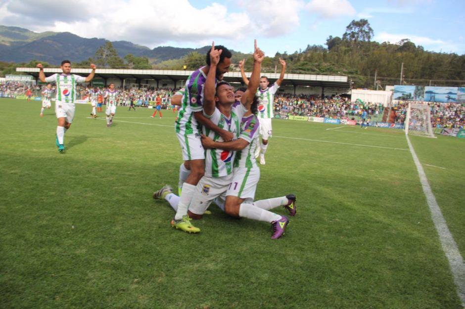 Los antigueños celebran su tempranero gol. (Foto: Fredy Hernández/Soy502)