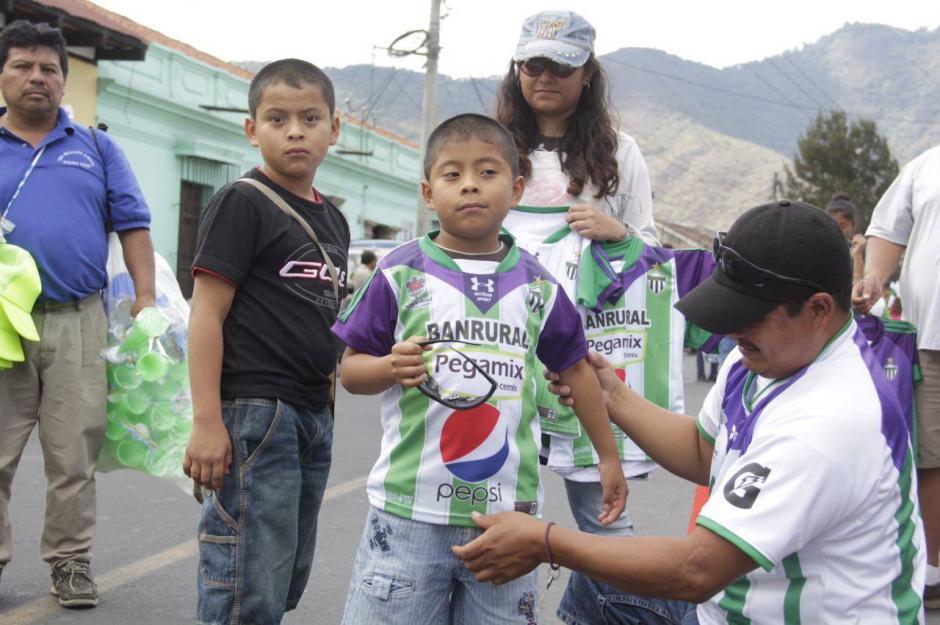 Pequeños seguidores antigüeños en los alrededores del estadio. (Foto: Fredy Hernández/Soy502)