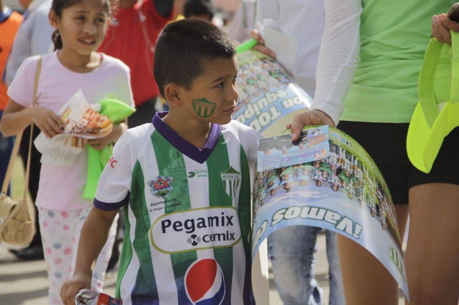Niños y adultos llegaron desde muy temprano al estadio Pensativo. (Foto: Fredy Hernández/Soy502)