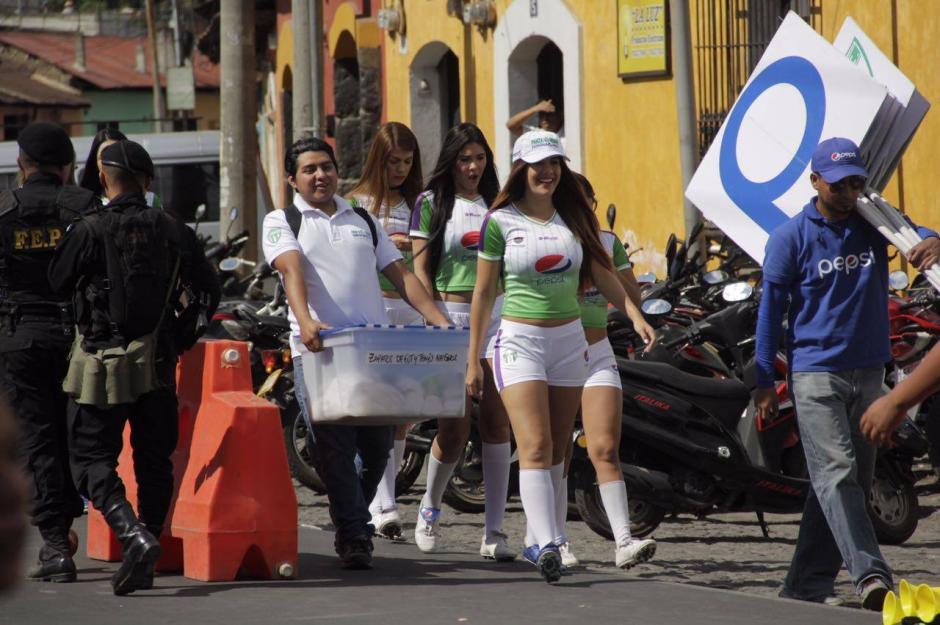 Atractivas edecanes llegaron para resaltar algunas marcas comerciales. (Foto: Fredy Hernández/Soy502)
