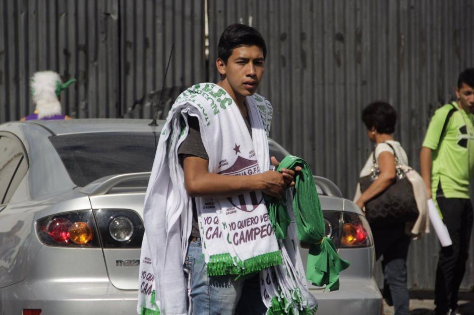 La venta de bufandas y gorras no hizo falta en los alrededores del estadio Pensativo. (Foto: Fredy Hernández/Soy502)