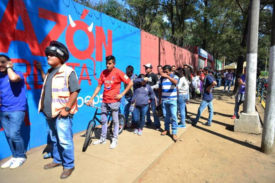 Las filas fueron grandes desde la mañana del jueves en el estadio de El Trébol. (Foto: Jesús Alfonso/Soy502)