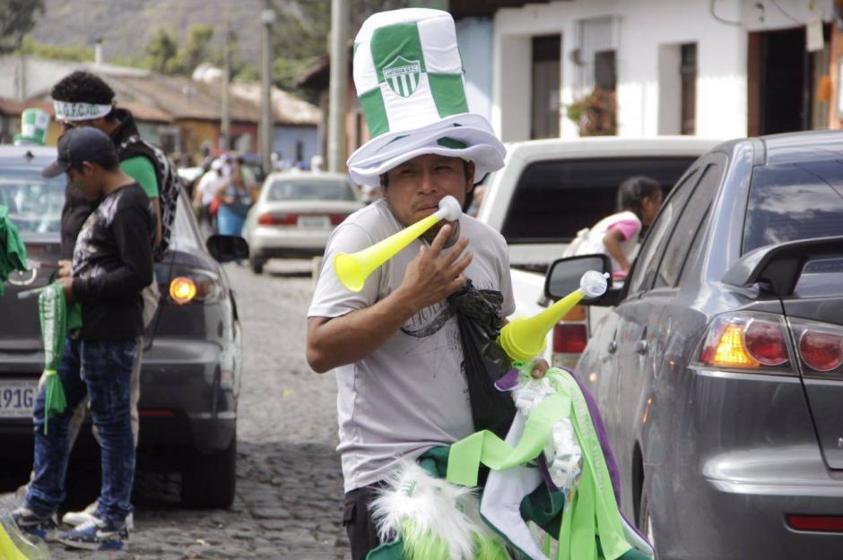 Los vendedores de souvenirs llegaron desde muy temprano. (Foto: Fredy Hernández/Soy502)