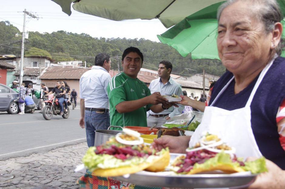Las ventas de comida recibieron mucha demanda. (Foto: Fredy Hernández/Soy502)