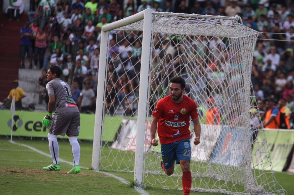 Kamiani celebra su gol de cabeza. (Foto: Luis Barrios/Soy502)