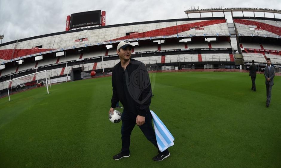 Ashton se mostró asombrado al estar en el campo del estadio. (Foto: cariverplate.com)