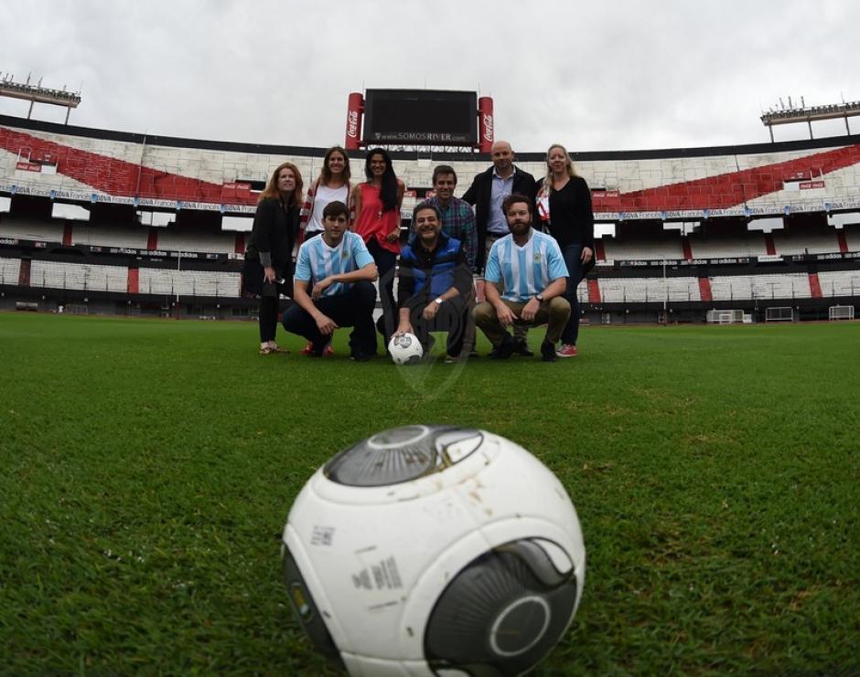 Las fotos no podían faltar en el mítico estadio. (Foto: cariverplate.com)