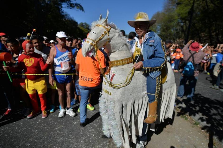 Este charro parecía estar listo para cabalgar junto a su caballo ficticio. (Foto: Wilder López/Soy502)