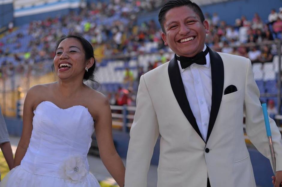 La pareja participó en la carrera vestidos como en su boda. (Foto: Wilder López/Soy502)