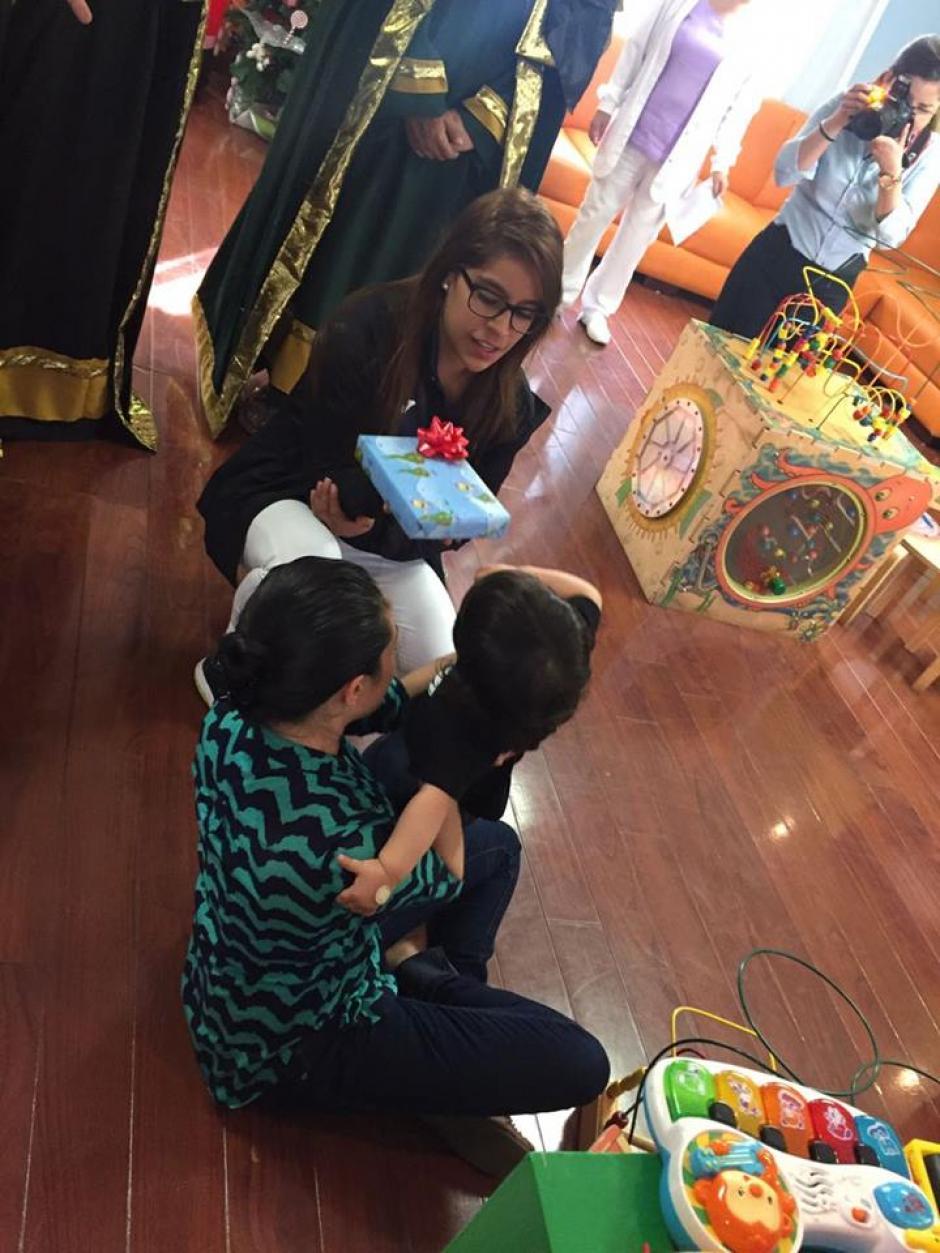 Sofi se robó la sonrisa de los pequeños. (Foto: Facebook)