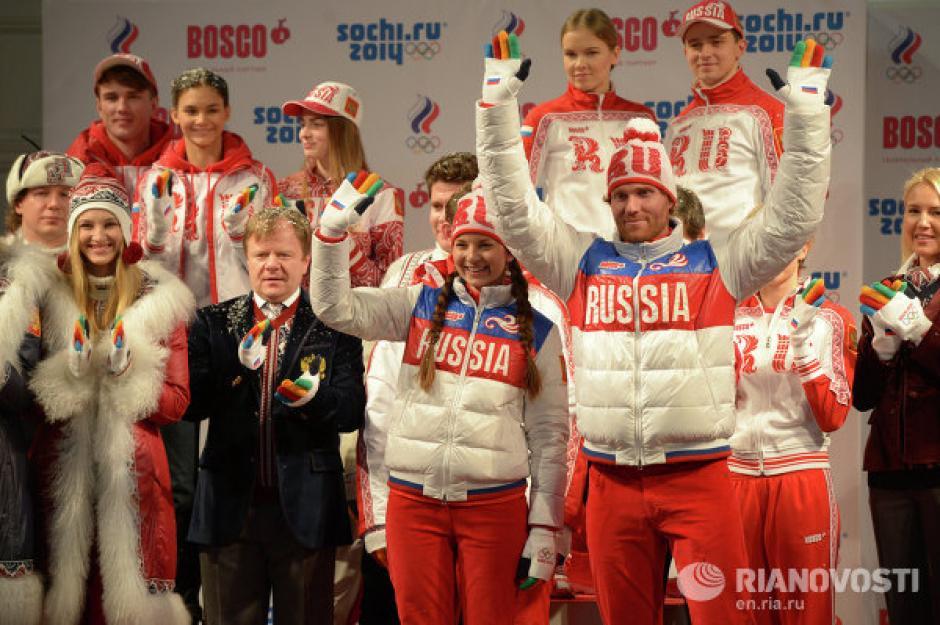 Con algunas críticas, Rusia presentó los uniformes para su delegación en los Juegos Olímpicos de Invierno de Sochi. Según los diseñadores de las prendas están inspirados en los trajes tradicionales de esa nación. Foto Rianovosti