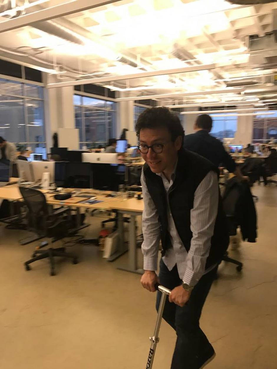Montado en un monopatín, von Ahn llegó al trabajo. (Foto: Luis von Ahn)