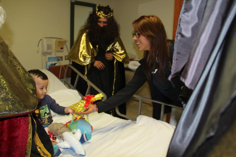 Ana Sofía Gómez visitó a niños enfermos en un hospital. (Foto: Facebook)