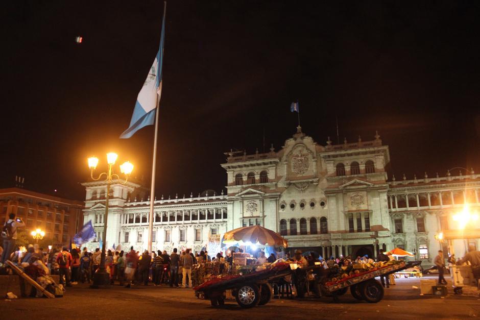 Al adentrarse la noche en el Parque Central, muchas más personas se sumaban a la manifestación. (Foto: Alejandro Balam/Soy502)