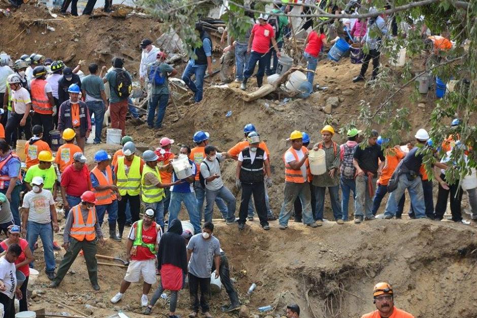Los voluntarios fueron organizados por cuadrillas para evacuar la tierra que pudieron en recipientes plásticos.(Foto: Soy502/Wilder López)