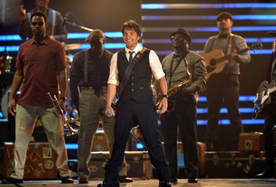 """Luis Fonsi presentó una sorpresa muy especial, pues estrenó su sencillo """"Corazón en la maleta"""". (Foto: Premios lo Nuestro)"""