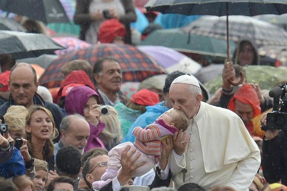El 29 de mayo ni la lluvia pudo detener al papa, pues se detuvo y a pesar de mojarse, saludó a los fieles que estaban a su paso. (Foto: abc.es)