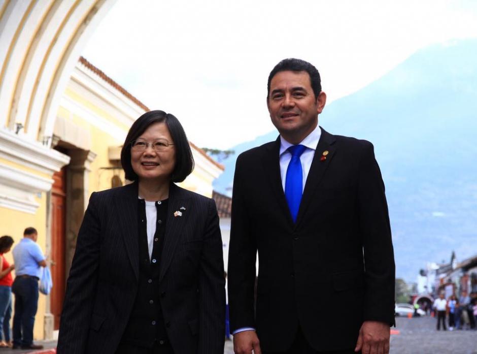 El recorrido lo realizó junto a Jimmy Morales. (Foto: Gobierno de Guatemala)