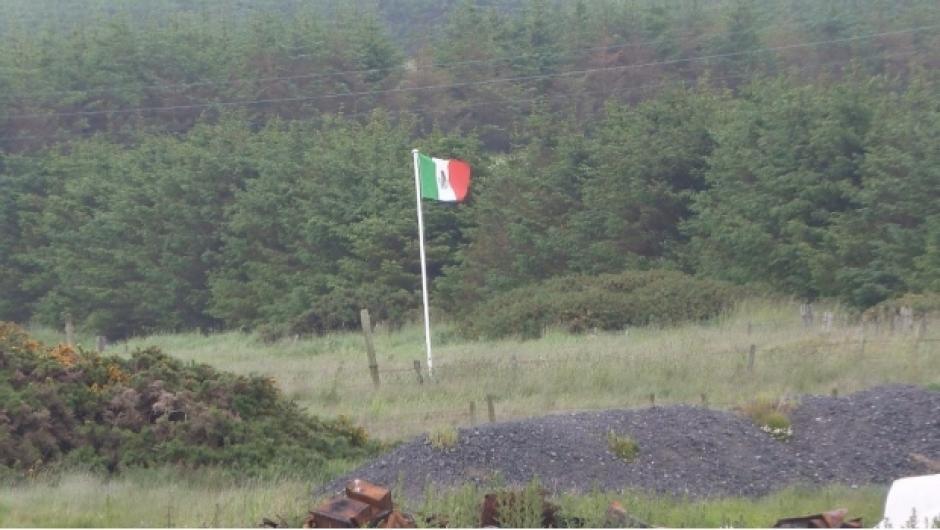 La bandera está colocada frente al campo de golf que inaugurará este jueves Donald Trump. (Foto: Sdpnoticias)