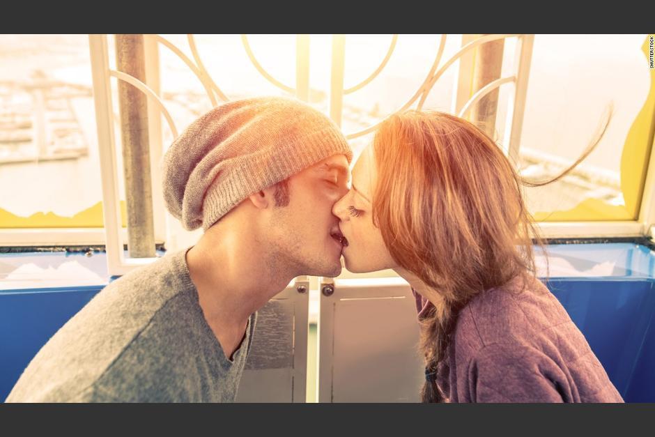 Al dar un beso trasmitimos 80 millones de bacterias. (Foto: CNN)
