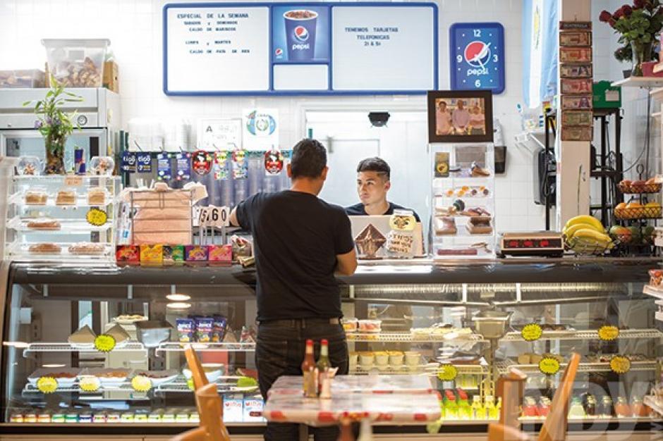 El local también tiene una tienda en la que se pueden encontrar bebidas gaseosas, pan caliente y golosinas. (Foto: Photo by Alex Boerner/Indiweek)