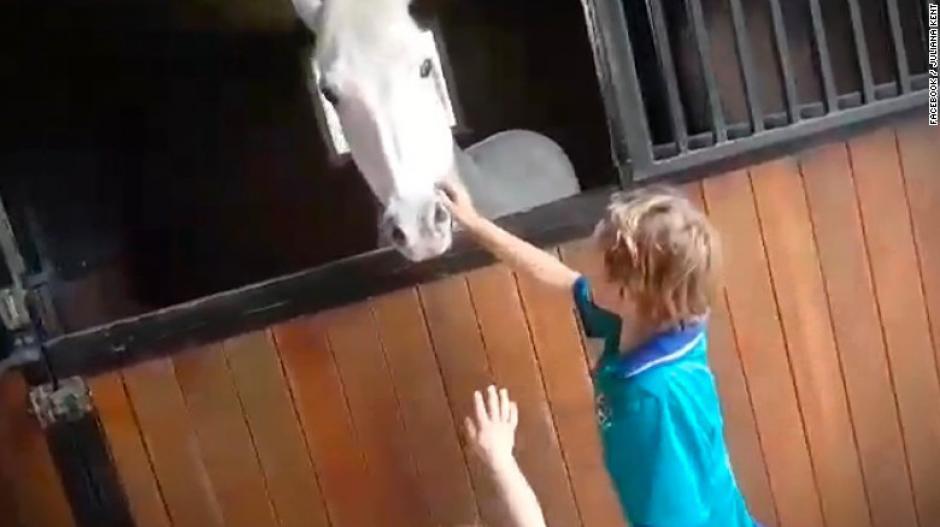El pequeño Sabastian vendió por dos años limonadas para comprarse un hermoso poni. (Foto: CNN)
