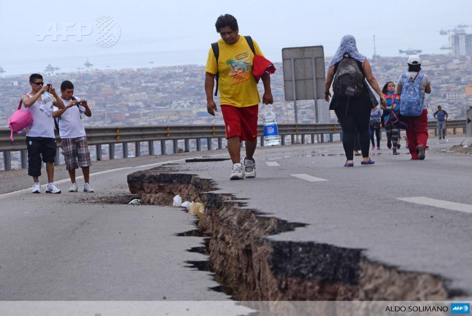 Así se ve una carretera en la ciudad de Iquique, Chile, que quedó severamente dañada en el terremoto de magnitud 8,2, ocurrido en la región norte chilena. (Foto: AFP)