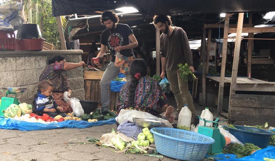 Los integrantes de Baba gris en el mercado de Panajachel. (Foto: Baba Gris