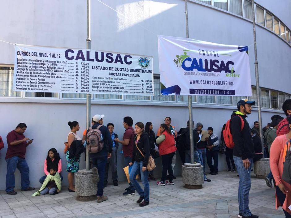 Decenas de estudiantes buscan inscribirse en el primer curso de inglés en Calusac. (Foto: Fredy Hernández/Soy502)