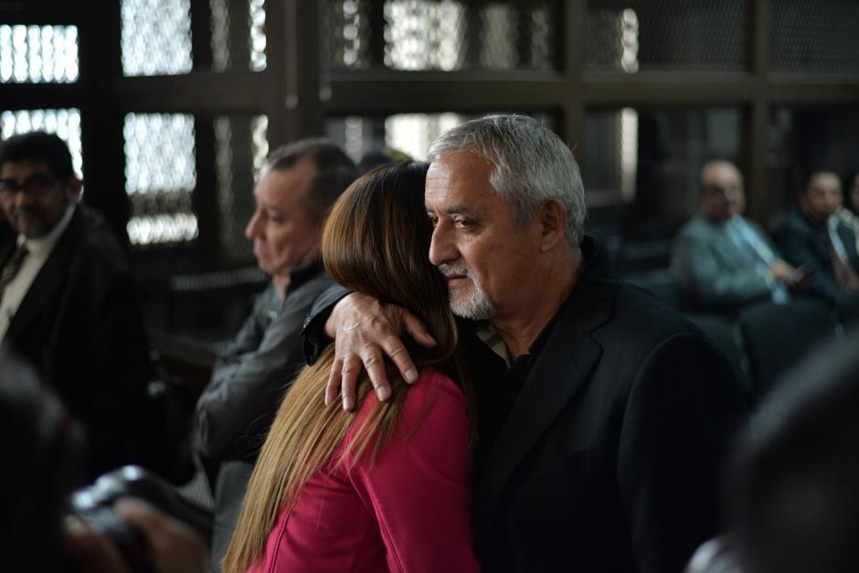 "Otto Pérez abraza a Claudia Méndez y ella le alcanzó a decir ""gracias"". (Foto: Wilder López/soy502)"