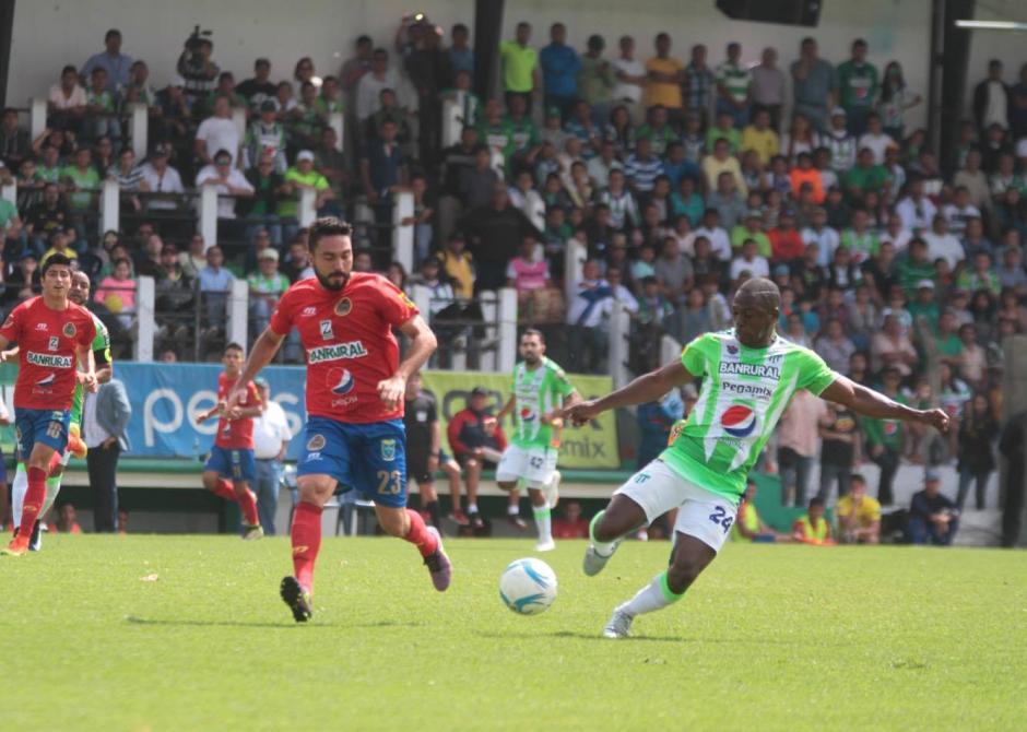 Carlos Kamiani Félix durante una jugada del primer tiempo. (Foto: Luis Barrios/Soy502)