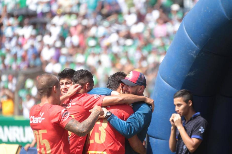Jugadores de Municipal celebran tras el 2-1 anotado por Frank de León. (Foto: Luis Barrios/Soy502)