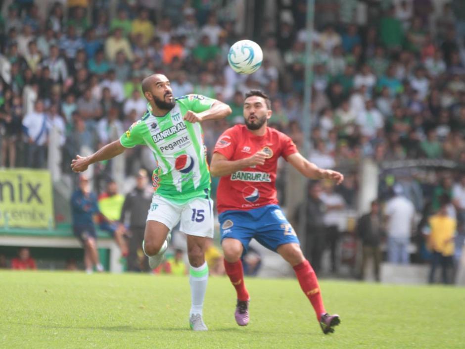 Kamiani y Thompson disputan un balón aéreo. (Foto: Luis Barrios/Soy502)