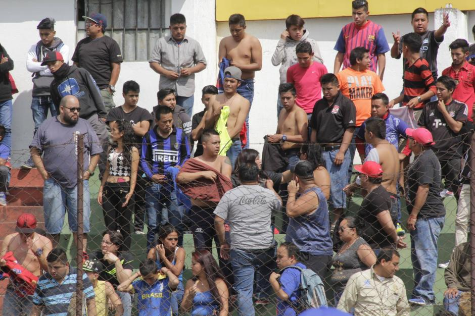 Aficionados de Municipal que lograron entrar al estadio Pensativo fueron obligados a quitarse sus camisolas para no ser sacados del lugar