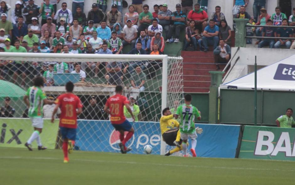 El momento en que el choque entre Jairo Arreola y Paulo Motta deja lesionado al guardameta. (Foto: Luis Barrios/Soy502)