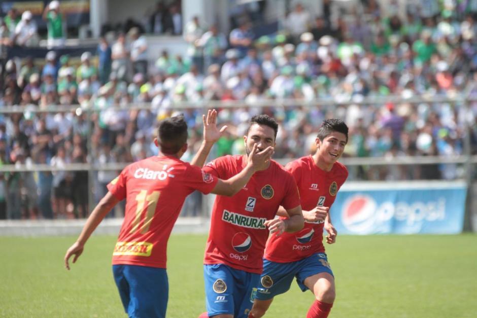 Kamiani es felicitado tras el gol del empate. (Foto: Luis Barrios/Soy502)