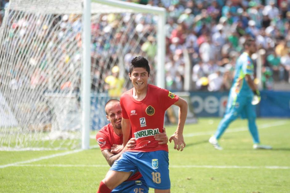 Frank de León celebra tras anotar su primer gol como jugador de Municipal. (Foto: Luis Barrios/Soy502)